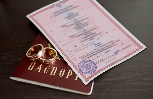 Обязательно ли менять фамилию при замужестве