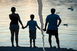 При разводе с кем остается ребенок?
